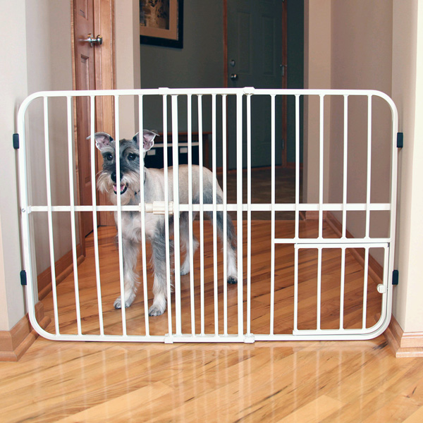 Carlson Tuffy Expandable Dog Gate With Small Pet Door